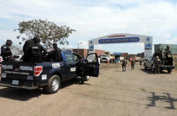 En un operativo en el puerto de Lázaro Cárdenas, Michoacán, fueron decomisadas 119 toneladas de hierro y 124 vehículos de maquinaria pesada. Las autoridades sospechan que el mineral fue extraído de manera ilegal e iba a ser sacado del país.